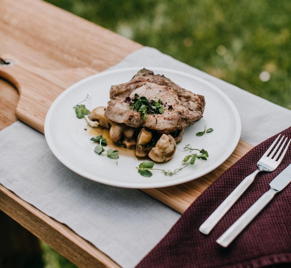 Inšpirácie z kuchyne VMS - Bravčová kotleta na grile s restovanými šampiňónmi